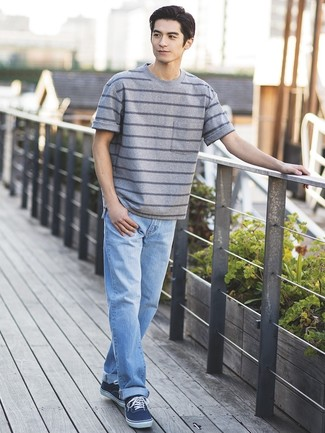 Comment porter: t-shirt à col rond à rayures horizontales gris, jean bleu clair, baskets basses en toile bleu marine