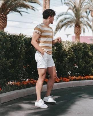 Comment s'habiller à 20 ans: Essaie de marier un t-shirt à col rond à rayures horizontales marron clair avec un short blanc pour un look idéal le week-end. Une paire de des baskets basses en cuir blanches est une option parfait pour complèter cette tenue.