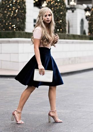 Comment porter: t-shirt à col rond beige, jupe patineuse en velours bleu marine, sandales à talons en daim roses, pochette en cuir découpée blanche