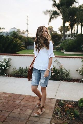 Comment porter: t-shirt à col rond en dentelle blanc, bermuda en denim déchiré bleu clair, espadrilles en cuir marron, sac bandoulière en cuir à franges marron