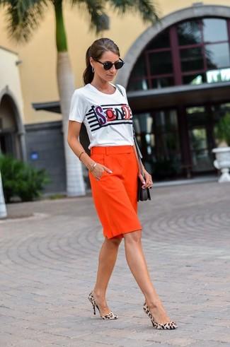 Comment porter: t-shirt à col rond imprimé blanc, bermuda rouge, escarpins en daim imprimés léopard beiges, sac bandoulière en cuir noir