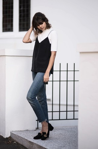 Comment porter: t-shirt à col rond blanc, débardeur noir, jean bleu, escarpins en daim noirs