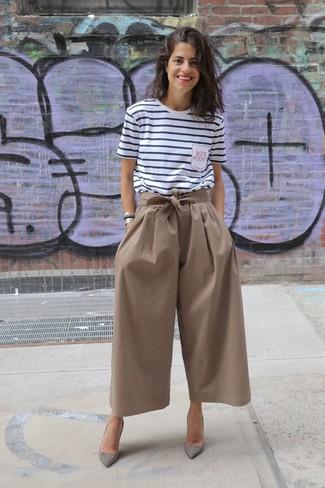 Comment porter: t-shirt à col rond à rayures horizontales blanc et bleu marine, jupe-culotte marron, escarpins en daim ornés argentés, bracelet doré