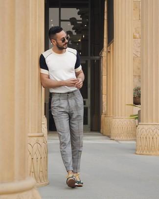 Comment porter: t-shirt à col rond blanc et bleu marine, pantalon de costume écossais gris, baskets basses vert foncé