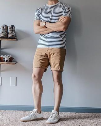 Comment porter des baskets basses en cuir blanches: Pense à opter pour un t-shirt à col rond à rayures horizontales blanc et bleu marine et un short marron clair pour une tenue relax mais stylée. Complète ce look avec une paire de des baskets basses en cuir blanches.