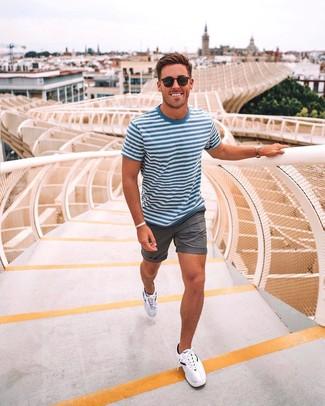Comment porter: t-shirt à col rond à rayures horizontales blanc et bleu, short gris, chaussures de sport blanches, lunettes de soleil noires
