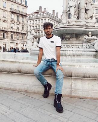 Comment porter: t-shirt à col rond imprimé blanc et noir, jean bleu clair, bottes de loisirs en cuir noires, montre en cuir marron