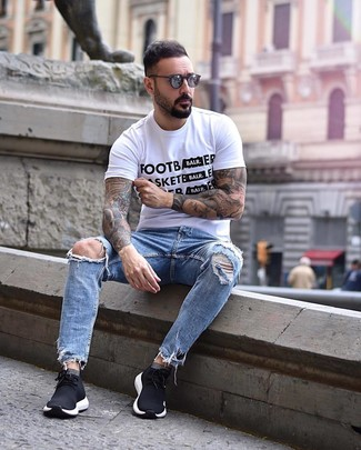 Comment porter: t-shirt à col rond imprimé blanc et noir, jean déchiré bleu clair, chaussures de sport noires, lunettes de soleil gris foncé