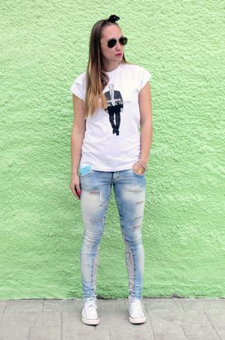 Comment porter: t-shirt à col rond imprimé blanc et noir, jean skinny déchiré bleu clair, baskets basses en toile blanches, lunettes de soleil noir et doré