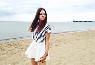 Comment porter: t-shirt à col rond à rayures horizontales blanc et noir, jupe patineuse blanche, montre en cuir marron, pendentif marron foncé