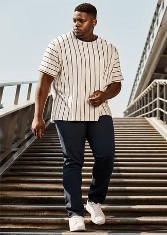 Tendances mode hommes: Pense à marier un t-shirt à col rond à rayures verticales blanc et noir avec un pantalon chino bleu marine pour une tenue confortable aussi composée avec goût. Cette tenue se complète parfaitement avec une paire de des baskets basses en cuir blanches.