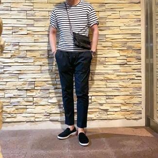 Comment porter: t-shirt à col rond à rayures horizontales blanc et noir, pantalon chino noir, baskets à enfiler noires, montre en cuir bleu marine