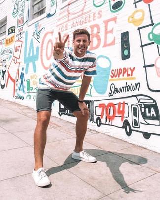 Comment porter: t-shirt à col rond à rayures horizontales blanc et rouge et bleu marine, short en denim noir, baskets basses en toile blanches, montre en cuir noire