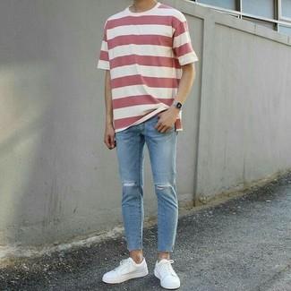 Comment porter: t-shirt à col rond à rayures horizontales blanc et rouge, jean skinny déchiré bleu clair, baskets basses en cuir blanches, montre argentée