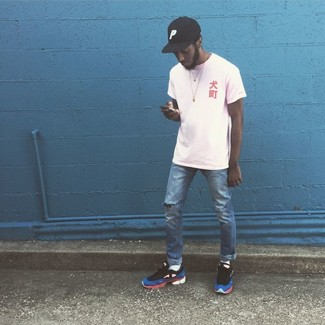 Comment porter: t-shirt à col rond blanc, jean déchiré bleu, chaussures de sport multicolores, casquette de base-ball noire