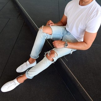 Comment porter: t-shirt à col rond blanc, jean déchiré bleu clair, baskets basses en cuir blanches, montre argentée