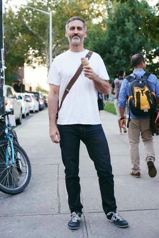 Comment porter: t-shirt à col rond blanc, jean bleu marine, baskets basses en cuir bleu marine, besace en toile marron