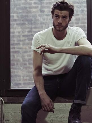 Ce combo d'un t-shirt à col rond blanc et d'un jean bleu marine te permettra de garder un style propre et simple en dehors des horaires de bureau. Apportez une touche d'élégance à votre tenue avec une paire de des bottes de loisirs en cuir noires.