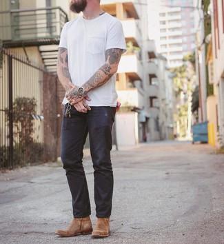 Comment porter: t-shirt à col rond blanc, jean bleu marine, bottes western en daim marron clair