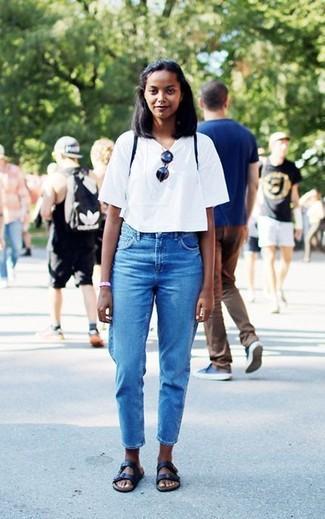 Comment porter: t-shirt à col rond blanc, jean bleu, sandales plates en cuir noires
