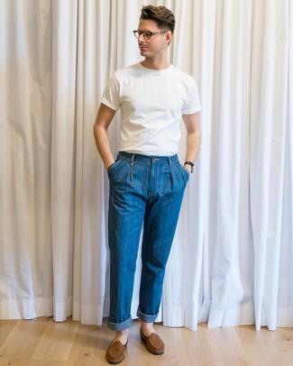 Comment porter: t-shirt à col rond blanc, jean bleu, slippers en daim marron
