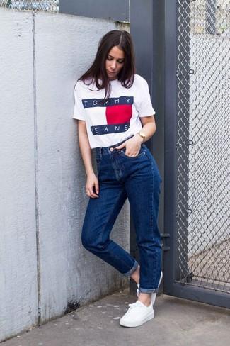Comment porter: t-shirt à col rond imprimé blanc, jean boyfriend bleu, baskets basses blanches, montre dorée