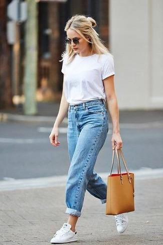 Comment porter un jean boyfriend bleu clair en été: Marie un t-shirt à col rond blanc avec un jean boyfriend bleu clair pour un look confortable et décontracté. Une paire de des baskets basses blanches est une option astucieux pour complèter cette tenue. Un look sympa qui sent bon l'été.