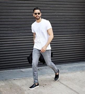 Comment porter un t-shirt à col rond blanc: Marie un t-shirt à col rond blanc avec un jean gris pour un look de tous les jours facile à porter. Assortis cette tenue avec une paire de des baskets à enfiler en cuir noires pour afficher ton expertise vestimentaire.