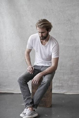 Comment porter: t-shirt à col rond blanc, jean gris, baskets basses en toile grises