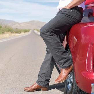 Comment porter: t-shirt à col rond blanc, jean gris foncé, bottes western en cuir marron