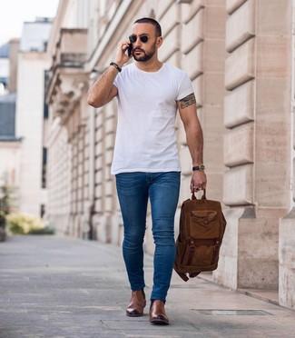 Comment porter: t-shirt à col rond blanc, jean skinny bleu, bottines chelsea en cuir marron, sac à dos marron