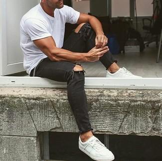 Un t-shirt à col rond blanc et un jean skinny déchiré noir sont une tenue géniale à avoir dans ton arsenal. Une paire de des baskets basses en cuir blanches rendra élégant même le plus décontracté des looks.