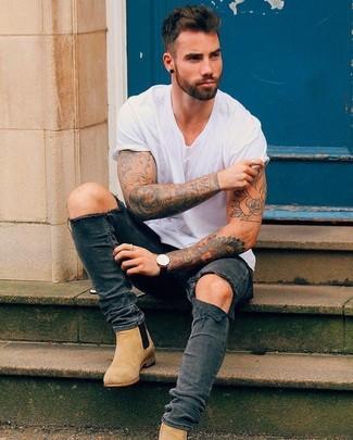 Comment porter: t-shirt à col rond blanc, jean skinny déchiré gris foncé, bottines chelsea en daim marron clair, montre en cuir noire