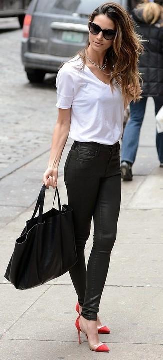 Comment porter: t-shirt à col rond blanc, jean skinny en cuir noir, escarpins rouges, sac fourre-tout noir