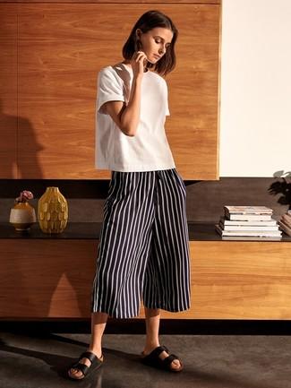 Comment porter: t-shirt à col rond blanc, jupe-culotte à rayures verticales noire et blanche, sandales plates en cuir noires