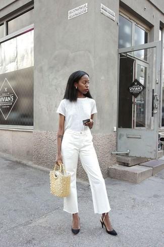 Comment porter: t-shirt à col rond blanc, jupe-culotte en denim blanche, escarpins en cuir noirs, sac fourre-tout de paille beige