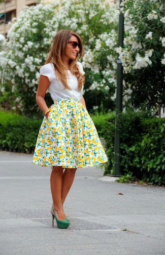 Comment porter: t-shirt à col rond blanc, jupe évasée imprimée blanc et jaune, escarpins en daim verts, lunettes de soleil marron foncé