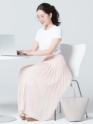 Comment porter: t-shirt à col rond blanc, jupe longue plissée rose, sandales compensées en cuir blanches, sac fourre-tout en cuir gris