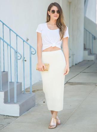 Comment porter: t-shirt à col rond blanc, jupe mi-longue beige, mules en cuir dorées, pochette dorée
