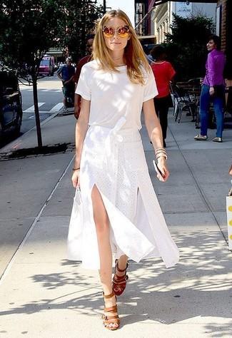 Tenue de Olivia Palermo: T-shirt à col rond blanc, Jupe mi-longue fendue blanche, Sandales à talons en cuir marron clair, Lunettes de soleil dorées
