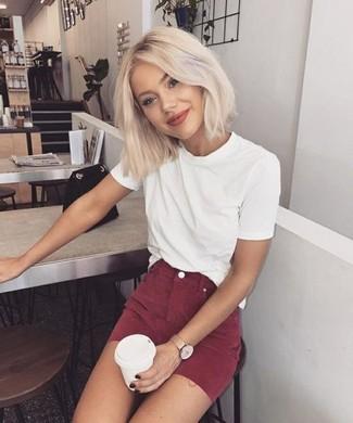 Comment porter: t-shirt à col rond blanc, minijupe bordeaux