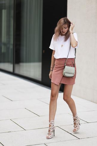 Comment porter: t-shirt à col rond blanc, minijupe en daim rose, sandales à talons en cuir beiges, sac bandoulière en cuir gris