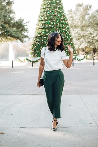 Comment porter: t-shirt à col rond blanc, pantalon carotte vert foncé, escarpins en cuir noirs, sac bandoulière en cuir matelassé noir