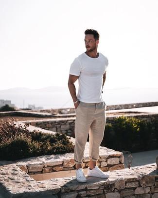 Comment porter: t-shirt à col rond blanc, pantalon chino en lin beige, baskets basses en cuir blanches, bracelet argenté