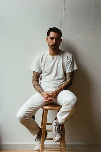 Comment s'habiller à 30 ans: Essaie d'harmoniser un t-shirt à col rond blanc avec un pantalon chino blanc pour affronter sans effort les défis que la journée te réserve. Tu veux y aller doucement avec les chaussures? Opte pour une paire de des baskets montantes en toile grises pour la journée.