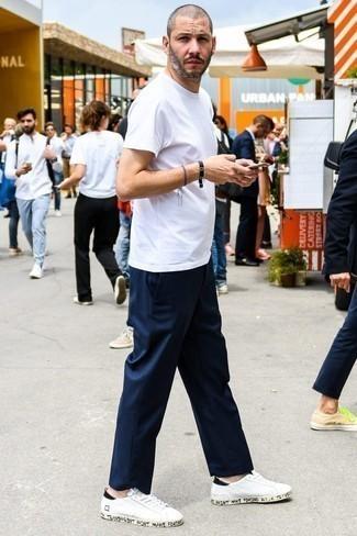 Tendances mode hommes: Choisis un t-shirt à col rond blanc et un pantalon chino bleu marine pour une tenue confortable aussi composée avec goût. Une paire de des baskets basses en cuir blanches est une option génial pour complèter cette tenue.