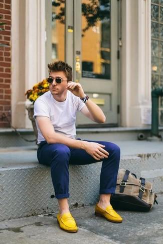 Comment porter: t-shirt à col rond blanc, pantalon chino bleu marine, slippers en daim jaunes, chaussettes invisibles