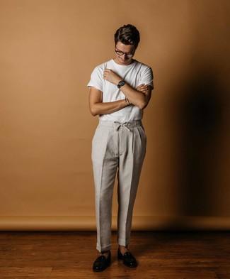 Comment porter: t-shirt à col rond blanc, pantalon chino en lin gris, slippers en cuir noirs