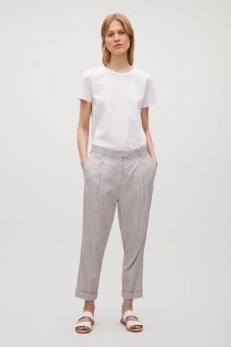 Comment porter: t-shirt à col rond blanc, pantalon chino gris, sandales plates en cuir blanches