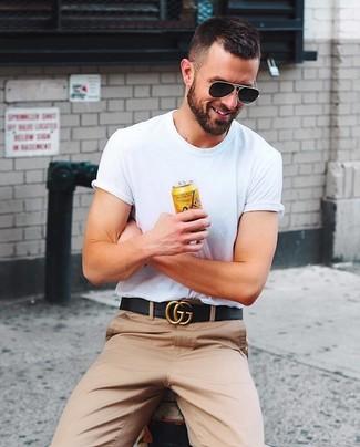 Comment porter: t-shirt à col rond blanc, pantalon chino marron clair, ceinture en cuir noire, lunettes de soleil noires